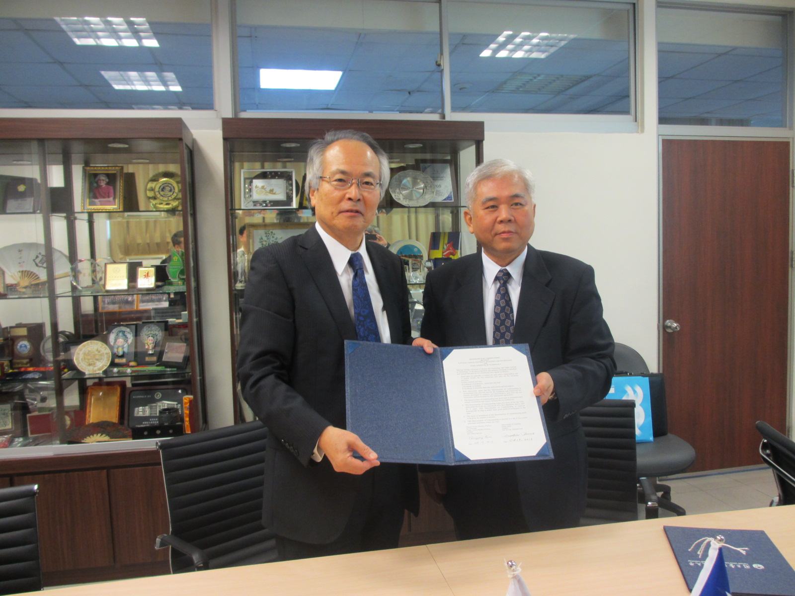 President Inoue (left) and vice president Chou sign MOU