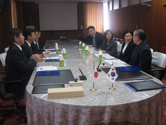 Meeting before the signing ceremony