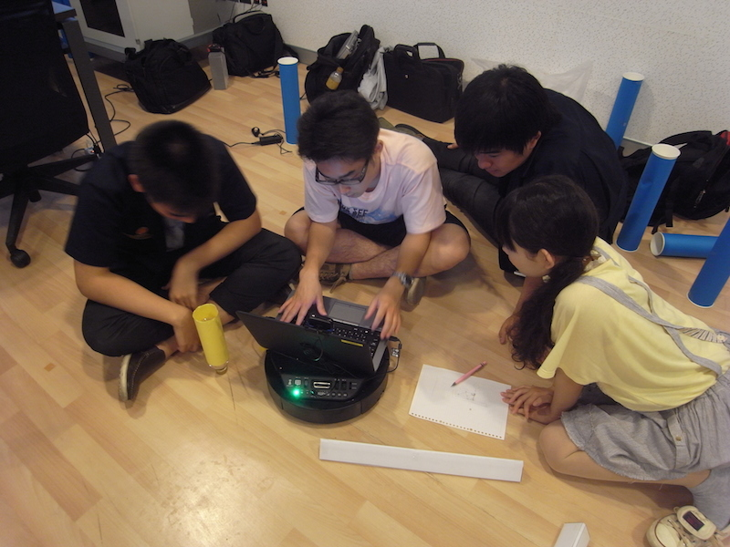 "英語で議論しながら作業を進めます(「Real-world Game Programming」) Participants from two universities worked together, communicating in English. (""Real-world Game Programming"")"
